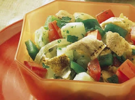 Salada de alface com pepino e pão sírio