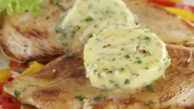 Filé de frango grelhado com manteiga aromatizada by k&m