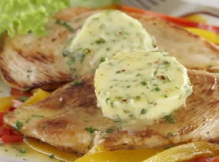 Filé de frango grelhado com manteiga aromatizada by k&m | sulamita barreto
