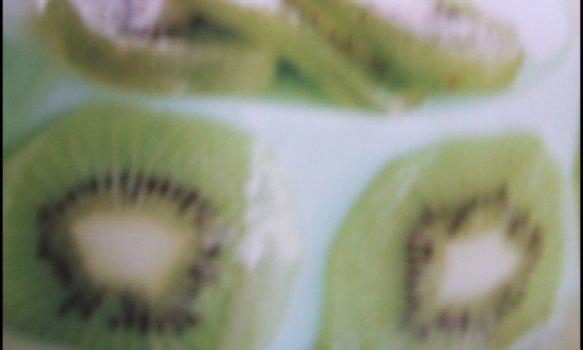 Flan de kiwi com calda de chocolate branco