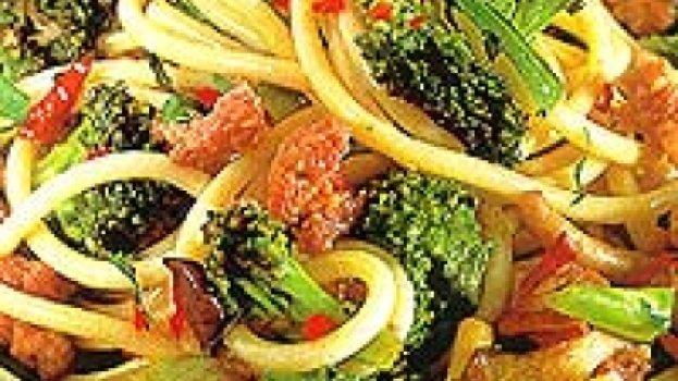 Bucatini com brócolie funghi