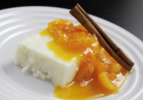 Manjar de tapioca com calda de damasco