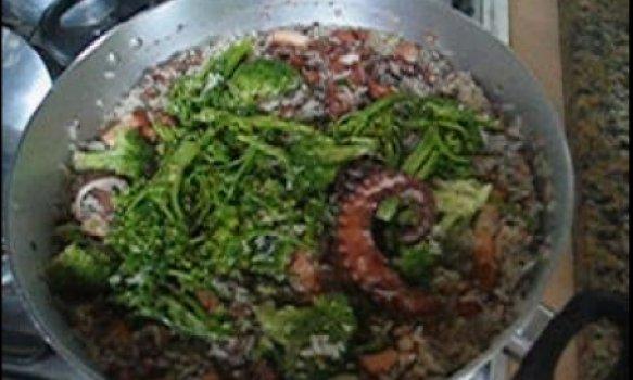 Arroz de polvo e brócolis