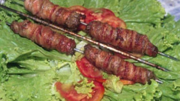 espeto de carne moída e bacon