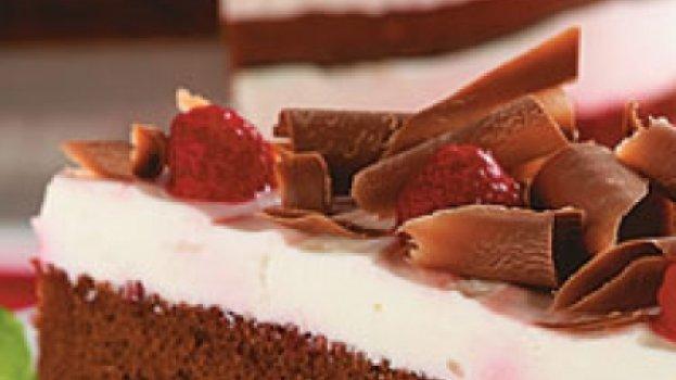 Bolo de Chocolate com Iogurte e Cereja em Calda