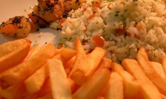 Camarões no azeite de alho, arroz maison e batatas fritas