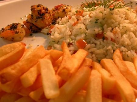 Camarões no azeite de alho, arroz maison e batatas fritas | Eliane Monteiro