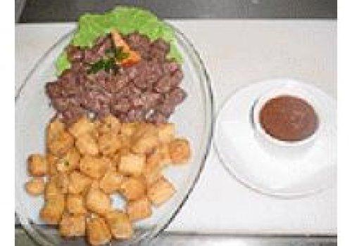 Maçã de Peito ao molho de ervas com mandioca frita recheada de bacon