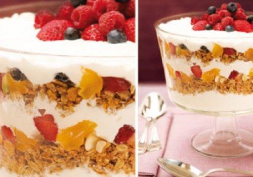 Taça com Iogurte, Granola e Frutas Secas
