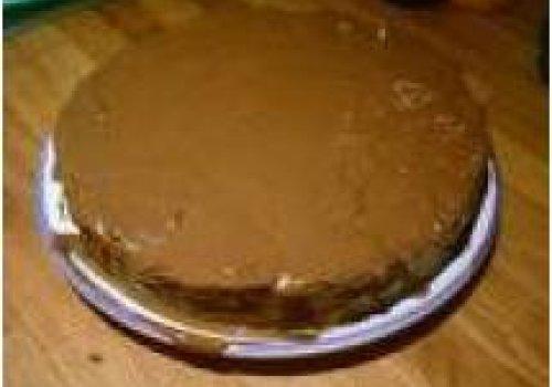 Pão de ló simples com molho de chocolate