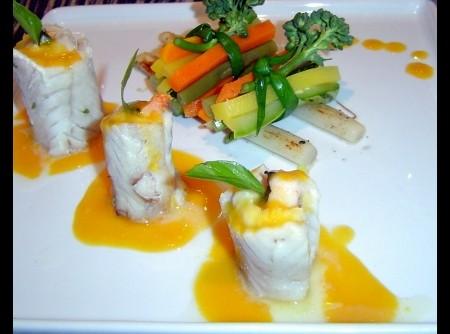 Enroladinho de file de peixe recheado com camarões ao molho de maracujá com Julianne de verduras