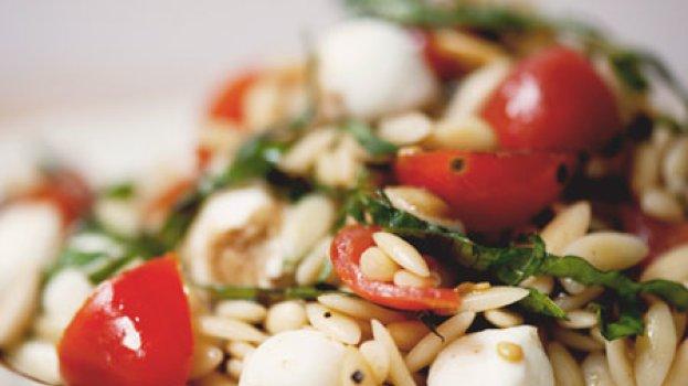Salada Caprese com Macarrão e Pinhões Torrados