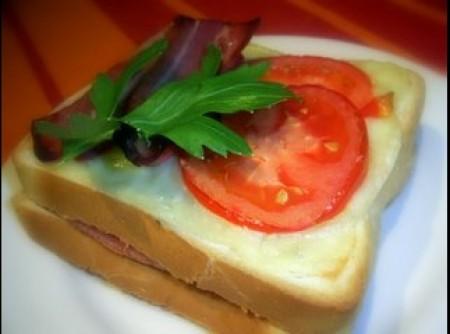 tosta de bacon com tomate