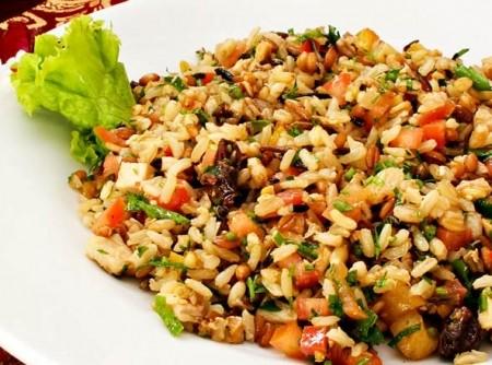 Salada de grãos, frango grelhado e tempero árabe