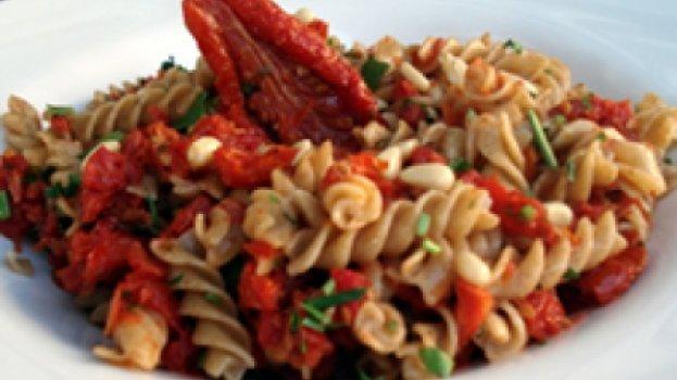 Massa Integral com Tomate Seco e Pinolis