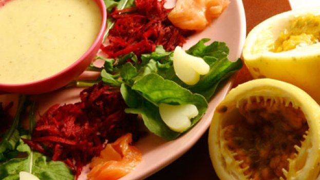 Salada de Rúcula e Salmão ao Molho de Maracujá