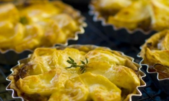 Tortinhas Douradas de Cebola, Azeite e Queijo de Cabra