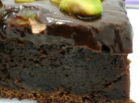 Bolo Cremoso de Chocolate com Cobertura de Ganache, Pistache e Passas | Mônica Vetillo