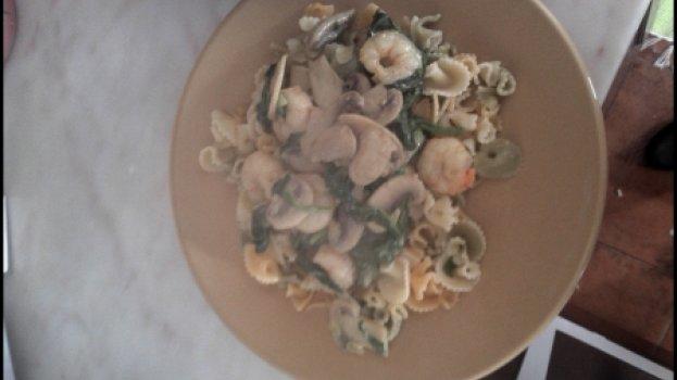 Massa com camarão e espinafres