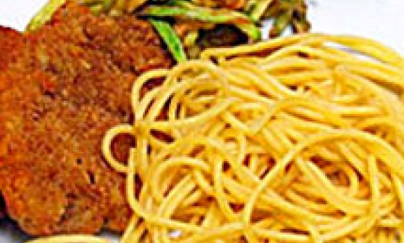 Bife à Milanesa com Espaguete Crocante