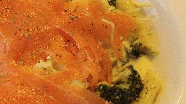 Penne com Brócolis e Salmão defumado ao molho quatro queijos
