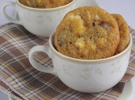 Cookies de chocolate branco, castanha de caju e cerejas secaa