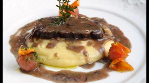 Brasato al Barolo com polenta tartufada