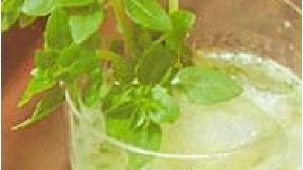 Caipirinha de vodka, limão e manjericão