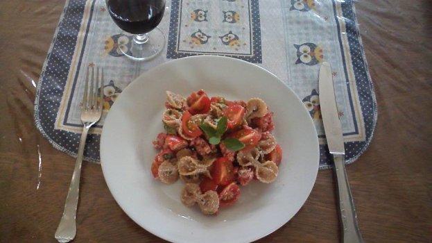 Macarrão Integral com Linguiça e Tomate Cereja