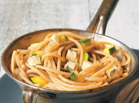 Espaguete integral com queijo azul e abobrinha