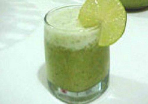 Suco refrescante de limão com hortelã