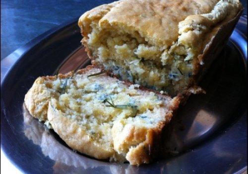 Cake de gorgonzola, mel e alecrim fresco (Cake au gorgonzola, miel et romarin frais)