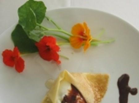 Gelado de nata envolto em crepe e chocolate quente