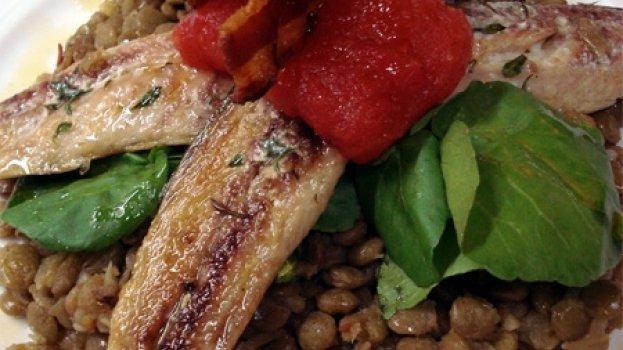 Sardinha fresca com lentilhas, agrião e pancetta crocante