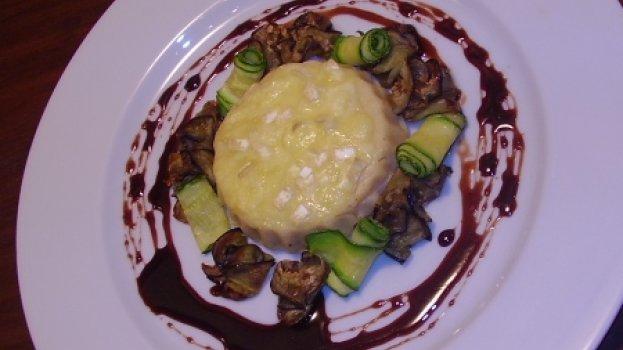 Polenta branca gratinada com brie, berinjela, abobrinha grelhadas com redução de balsâmico