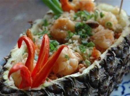 Kao Pad Goong Subparrod (Arroz Frito servido no abacaxi com camarão e castanha de caju)