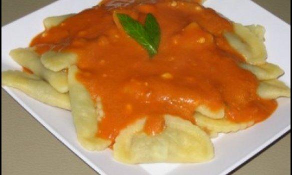 Raviolli com molho de Tomate e Gorgonzolla