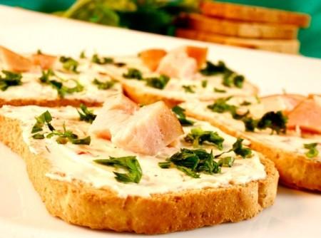 Torradas com peito de peru, cream cheese e ervas