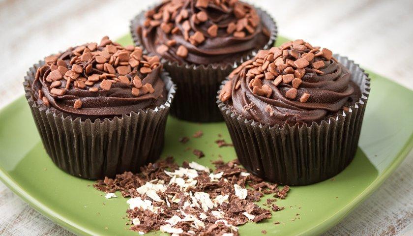Cupcake de aveia com chips de chocolate e cobertura de ganache