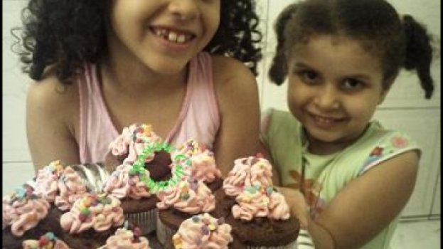 Cupcakes de chocolate com recheio de brigadeiro e cobertura de chantilly