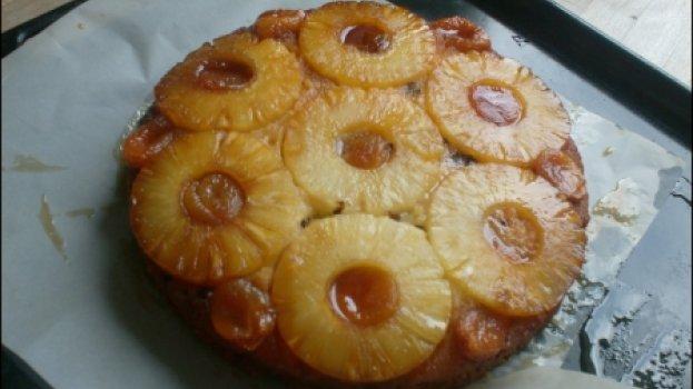 Torta de Abacaxi em Calda com Ameixa