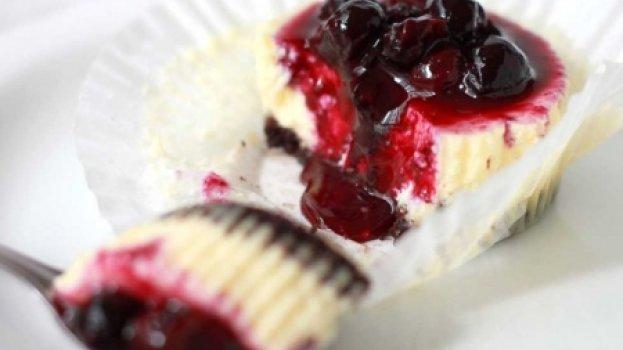 Mini Cheesecakes com Calda de Mirtilo