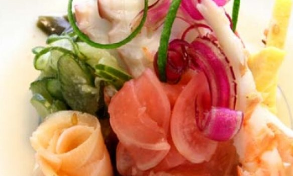 Sunomono frutos do mar e legumes ao molho agri-doce)