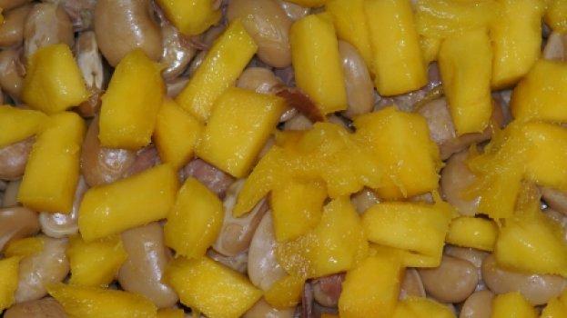 Salada de fava branca com presunto e manga