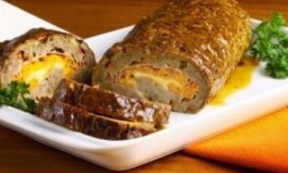 Rocambole de carne com caldo de carne