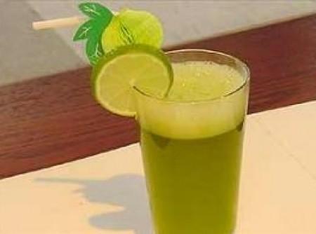 Suco Refrescante de Erva Cidreira com Limão