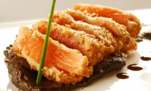 Salmão em crosta de castanha e polenta de açaí