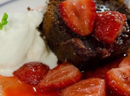 Bolo Chocolate com calda de Morango