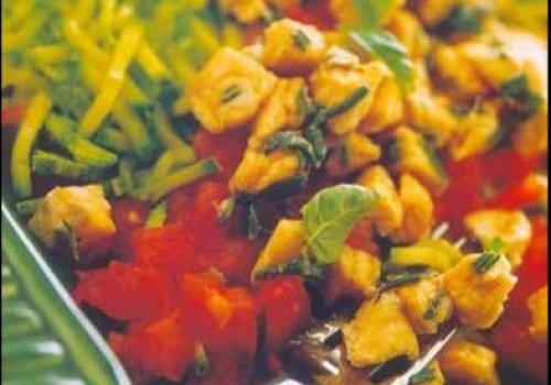 Truta marinada com juliana de abobrinhas e tomates