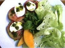 Salada de Tomate, Mussarela de Búfala, Manga | Luiz Lapetina